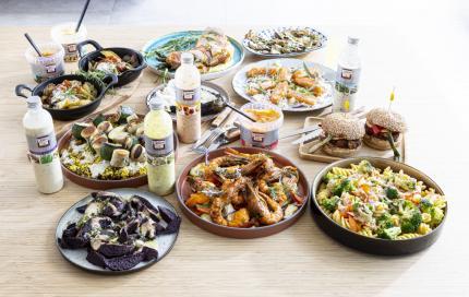 tafel met eten en sausjes van Delino
