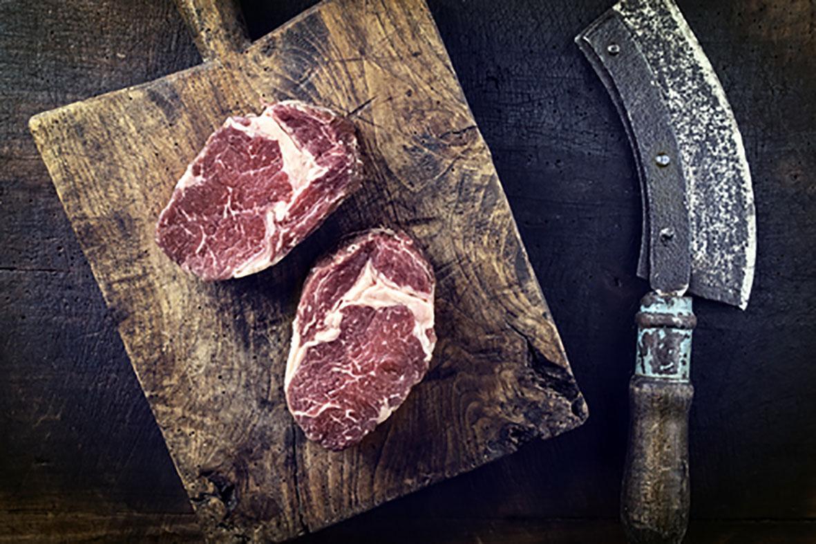 vlees op snijplank