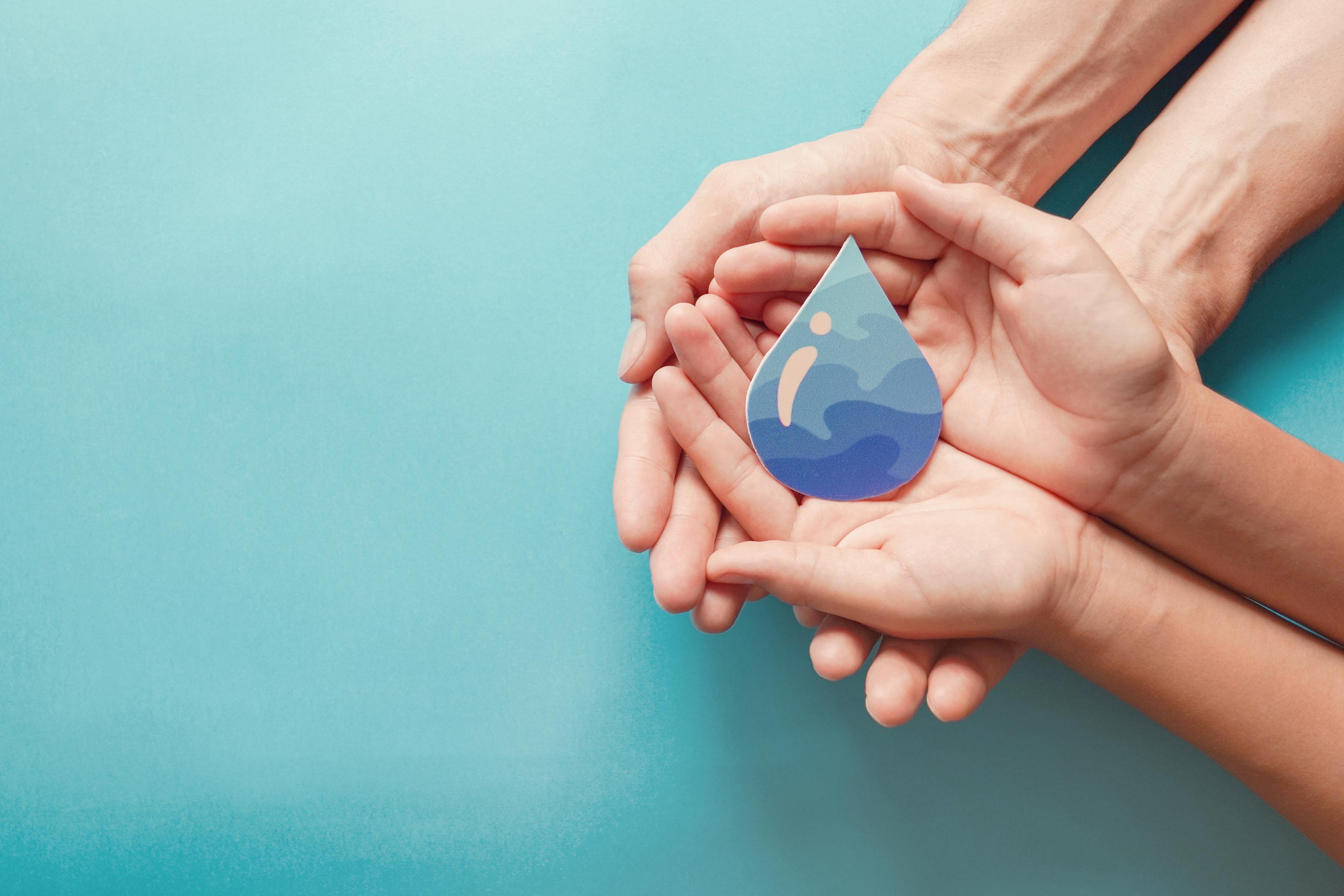 Waterdruppel in handen