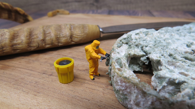 Klein mensje in hazmat suit inspecteert schimmel